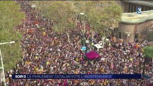 Une foule en liesse a célébré la déclaration d'indépendance à Barcelone. (FRANCE 3)