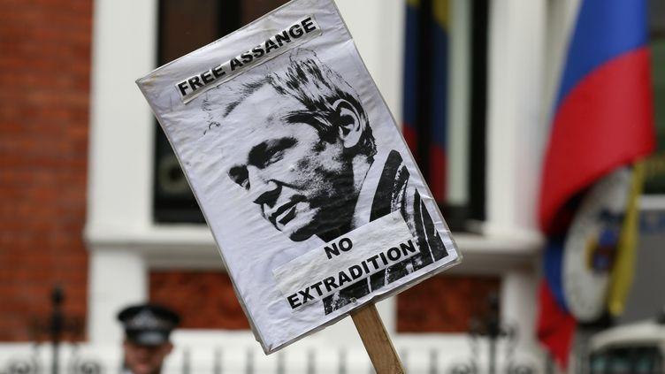 Après une journée d'action devant son ambassade londonienne, l'Equateur a accordé l'asile politique à Julian Assange, fondateur de WikiLeaks, le 16 août 2012. (OLIVIA HARRIS / REUTERS)