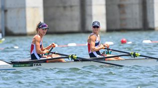 Laura Tarantola et Claire Bove lors de leur demi-finale du deux de couple poids léger, le 28 juillet à Tokyo. (CHARLY TRIBALLEAU / AFP)