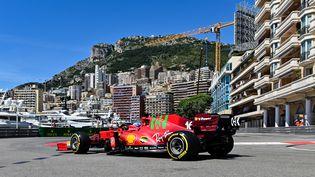 Charles Leclerc et sa Ferrari sur le circuit monégasque le 20 mai 2021. (ANDREJ ISAKOVIC / AFP)