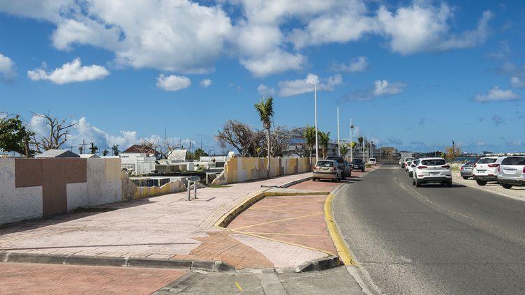 La route qui mène à Marigot (Saint-Martin), à l'extérieur du cimetière, le 27 février 2018. (LIONEL CHAMOISEAU / AFP)