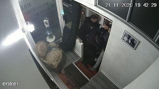 Une capture de la vidéo montrant le producteur Michel Zecler se faisant tabasser par des policiers à l'entrée d'un studio de musique dans le 17e arrondissement de Paris le 21 novembre 2020. (MICHEL ZECLER / GS GROUP / AFP)