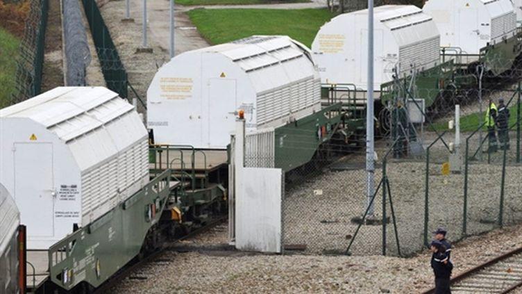 Un convoi de déchets nucléaires au terminal Areva de Valognes, le 5 novembre 2010 (archive) (AFP/JEAN-PAUL BARBIER)