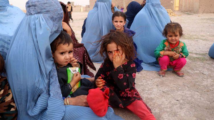 Des habitants qui ont fui l'avancée des Talibans attendent une aide d'urgence du gouvernement afghan dans la province d'Herat, au nord-ouest du pays. (JALIL REZAYEE / MAXPPP)
