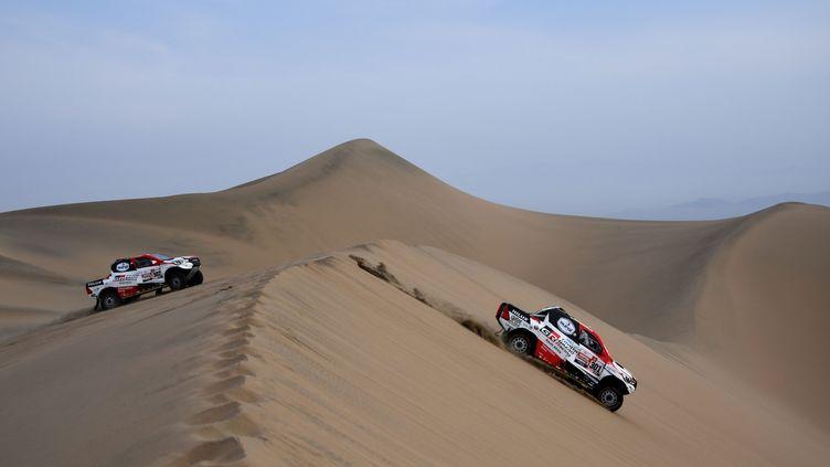 Nasser Al-Attiyah et son copilote Matthieu Baumel (Toyota) lors de la neuvième étape du Dakar 2019, le 16 janvier 2019 aux alentours de Pisco (Pérou). (FRANCK FIFE / AFP)