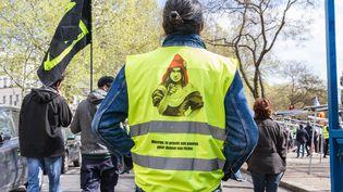 """Un manifestant """"gilet jaune"""" lors du 22e samedi de mobilisation à Paris, le 13 avril 2019. (AMAURY CORNU / HANS LUCAS / AFP)"""