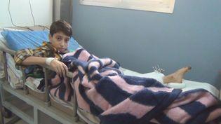 Touché à la jambe par un obus, Abdel, 14 ans, est soigné au CHU d'Alep. (GILLES GALLINARO / RADIO FRANCE)
