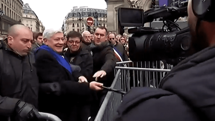 L'ancien vice-président du FN Bruno Gollnisch, le 1er mai 2015 à Paris, lors de son altercation avec une équipe du Petit Journal de Canal+. ( YOUTUBE)