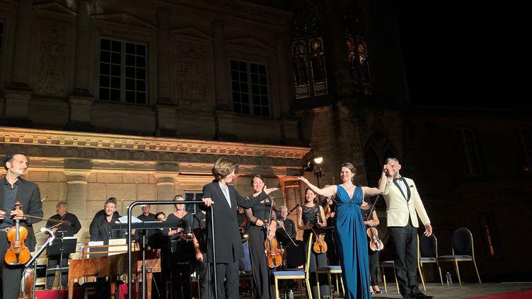 Laurence Equilbey, Insula Orchestra, Olga Pudova, soprano etArmando Noguerabaryton, dans la Cour du Duché d'Uzès, Nuits musicales, le 21 juillet 2021 (Laurence Houot / FRANCEINFO CULTURE)