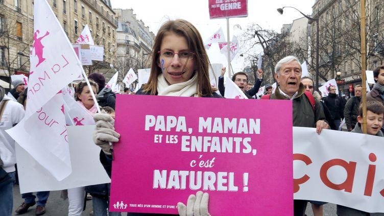 """Un manifestante hostile au mariage des homos marche en tête d'un des cortège de """"La Manif pour tous"""", le 13 janvier 2012 à Paris. (FRANCOIS GUILLOT / AFP)"""