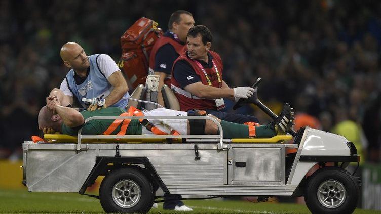 Paul O'Connell, évacué sur civière lors du match face à l'équipe de France (FRANCK FIFE / AFP)
