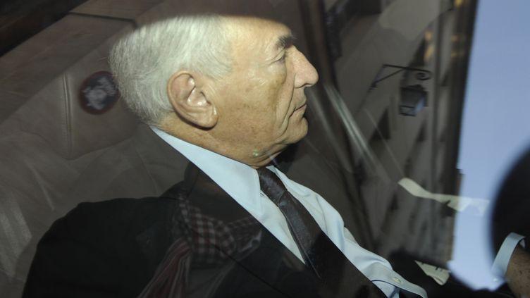 Dominique Strauss-Kahn quitte son appartement parisien pour se rendre à la brigade financière, le 29 septembre 2011. (GONZALO FUENTES / REUTERS)