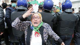 Les Algériens manifestent chaque vendredidepuis 2 mois contre le régime incarné par le président démissionnaire Abdelaziz Bouteflika. Photo prise le 10 avril 2019 devant la grande poste d'Alger. (FAROUK BATICHE / ANADOLU AGENCY)
