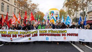 Des enseignants ont manifesté à Paris le 12 novembre. (STRINGER/AFP)