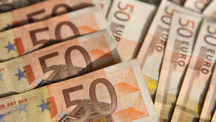 Les 18-24 ans pensent qu'il faut gagner 4 398 euros net par mois pour être riche, contre 7 871 euros pour les 65 ans et plus, selon un sondage Ifop publié le 6 février 2013. (ADAM BERRY / GETTY IMAGES )