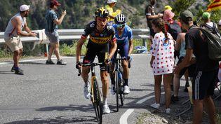 Sepp Kuss (Jumbo Visma), ici avec Alejandro Valverde (Movistar) dans le col de Beixalis, a remporté la 15e étape du Tour de France 2021. (THOMAS SAMSON / AFP)