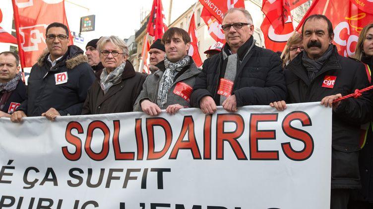 Jean-Claude Mailly, secrétaire général de FO, et Philippe Martinez, son homologue de la CGT, le 26 janvier 2016 à Paris. (NICOLAS KOVARIK / MAXPPP)