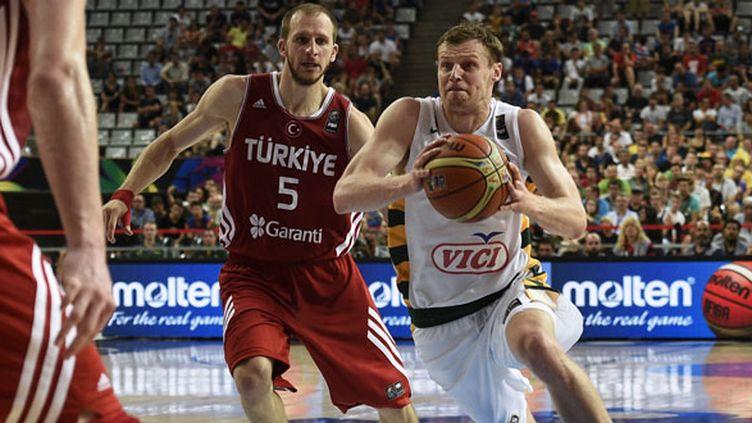Le Lituanien Martynas Pocius prend le meilleur sur le meneur turque Sinan Guler