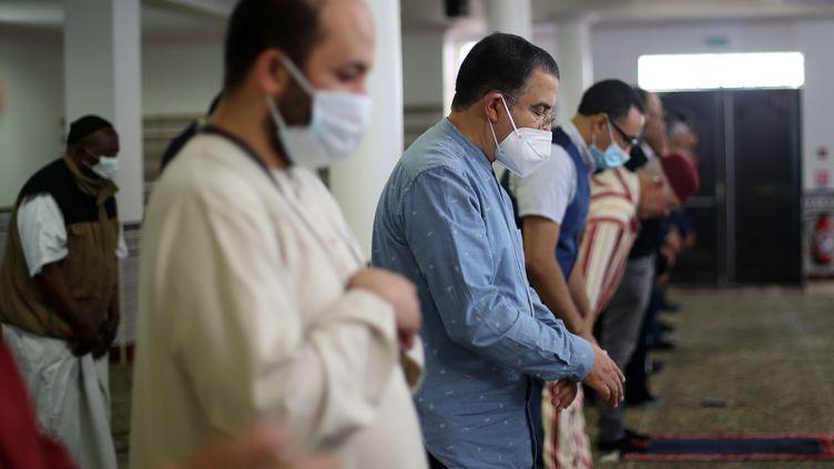 Des fidèles musulmans en train de prier à Bordeaux (illustration). (LAURENT THEILLET / MAXPPP)