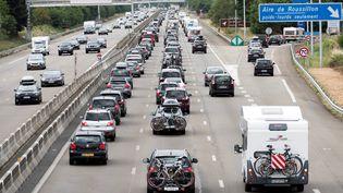 Des automobilistes avancent au ralenti sur l'autoroute A7 àReventin-Vauguris(Isère), en direction de Valence, le 30 juillet 2016. (ROMAIN LAFABREGUE / AFP)