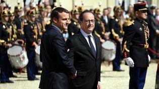 Le nouveau président de la République Emmanuel Macron et l'ancien président de la République , François Hollande, dans la cour de l'Elysée à Paris, le 14 mai 2017. (MAXPPP)