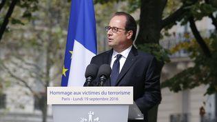 François Hollande lors de l'hommage aux victimes des attentats, à l'hôtel des Invalides, lundi 19 septembre 2016, à Paris. (AFP)