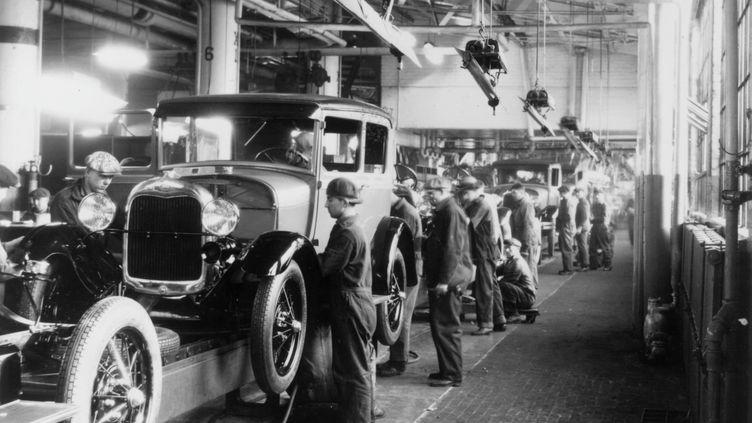 Ligne d'assemblage à la Ford Motor compagnie à Dearborn, Michigan en 1928. (GETTY IMAGES)