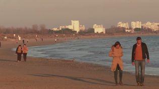 Des promeneurs surla plage de Carnon (Hérault).     (CAPTURE ECRAN FRANCE 2)