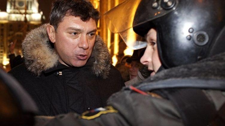 L'ex-vice-Premier ministre russe et opposant, Boris Nemtsov, interpellé lors d'une manifestation le 31 décembre à Moscou (AFP PHOTO / ARTYOM KOROTAYEV)