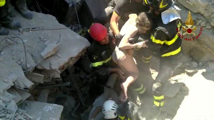 Capture d'écran du sauvetage d'un enfant des décombres après le séisme àIschia,(Italie), dansla nuit de lundi à mardi 22 août2017 (LES POMPIERS ITALIENS / AFP)