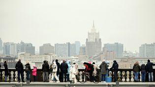 Des touristes à Moscou, la capitale russe, le 30 septembre 2021. (ALEXANDER NEMENOV / AFP)