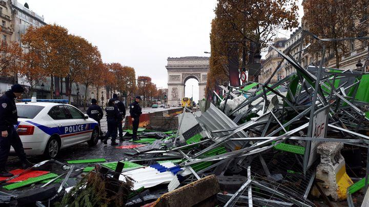 """Les Champs-Elysées, à Paris, dimanche 25 novembre, au lendemain de la manifestation des """"gilets jaunes"""". (BENJAMIN ILLY / FRANCE INFO)"""