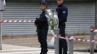 Deux policiers en faction à Saint-Etienne-du-Rouvray, le 27 juillet 2016. (CHARLY TRIBALLEAU / AFP)