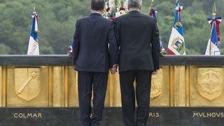 François Hollande (G.) et Joachim Gauck, main dans la main. (FRED DUFOUR / AFP)