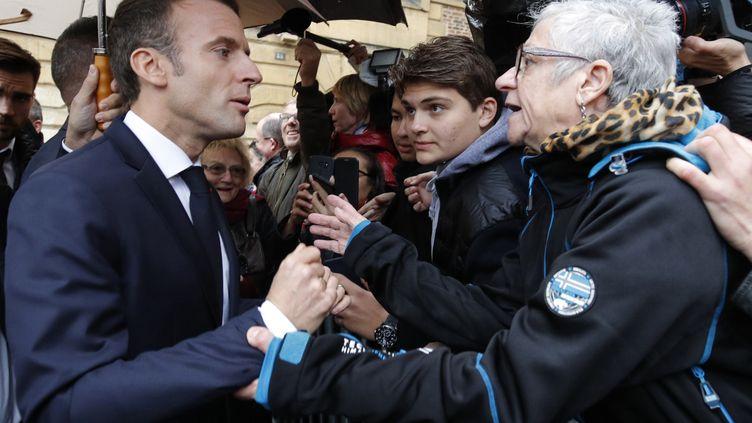 Emmanuel Macron échange avec une habitante de Charleville-Mézières (Ardennes), le 7 novembre 2018. (PHILIPPE WOJAZER / AFP)