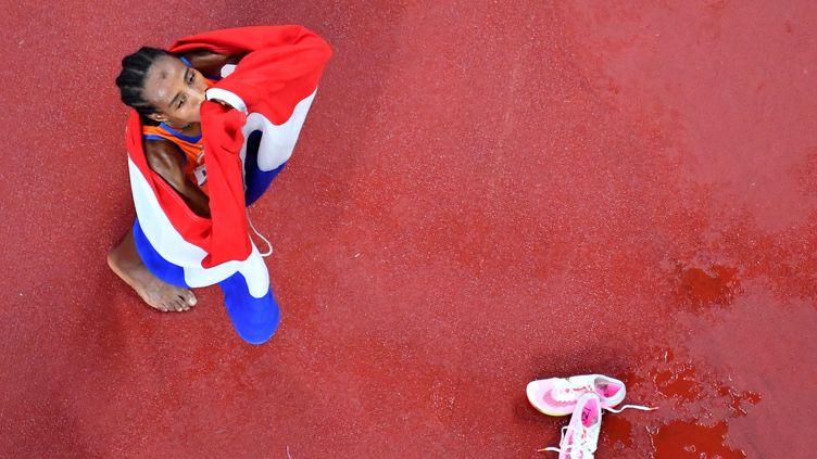Sifan Hassan, après sa victoire en finale du 5 000 m, aux Jeux olympiques, le 2 août 2021. (ANTONIN THUILLIER / AFP)