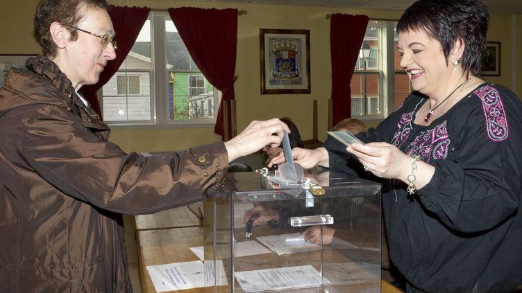 Une électrice vote à Saint-Pierre (Saint-Pierre-et-Miquelon) pour le premier tour de la présidentielle, avec un jour d'avance sur la métropolele 21 avril 2012. (JEAN-CHRISTOPHE L'ESPAGNOL / AFP)
