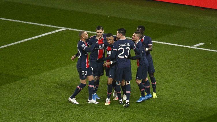Les footballeurs parisiens savourent leur qualification pour les quarts de finale de la Ligue des champions contre Barcelone, le 10 mars 2021. (JULIEN MATTIA / ANADOLU AGENCY / AFP)