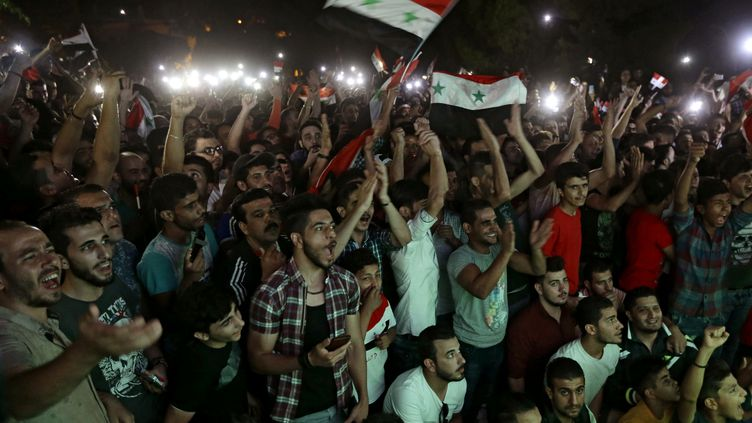 Des supporters syriens à Damas, en Syrie, le 5 septembre 2017, lors du match Iran-Syrie en éliminatoires de la Coupe du monde de football 2018. (LOUAI BESHARA / AFP)