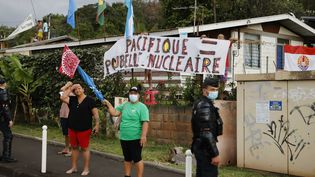 Des personnes manifestent contre les conséquences des essais nucléaires avant l'arrivée d'Emmanuel Macron, le 24 juillet 2021. (Ludovic MARIN / AFP)