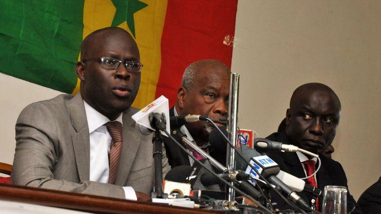 Sheikh Bamaba Dieye, Amath Dansoko et Idrissa Sekh, tous trois membres de l'opposition, lors d'une conférence de presse le 4 février 2012 à Dakar (Sénégal). (SEYLLOU / AFP)