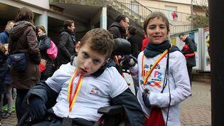 Lucas (à gauche), atteintdu syndrôme de duplication du gèneMecP2, une maladie génétique rare, et son frère Thomas (à droite) (LES PETITS MECS P2)