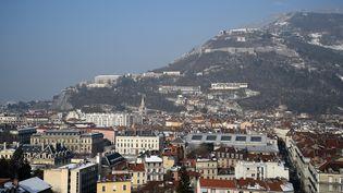Vue générale de Grenoble (Isère), le 26 janvier 2017. (JEAN-PIERRE CLATOT / AFP)