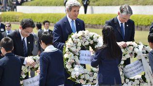 Le secrétaire d'Etat américain John Kerry (au centre), le ministre des Affaires étrangères japonais Fumio Kishida (à g.) et le ministre des Affaires étrangères britanniquePhilip Hammond (à dr.) au mémorial de la Paix, à Hiroshima (Japon), le 11 avril 2016. (KAZUHIRO NOGI / POOL)