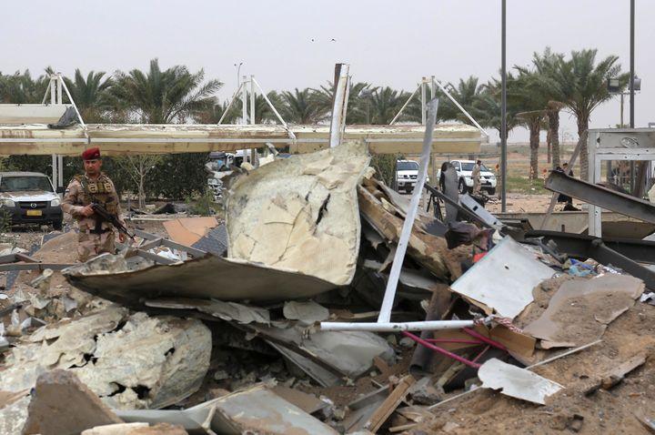 Des dégâts dans le secteur de l'aéroport de Karbala (Irak)consécutifs àune frappe américaine menée après l'attaque de la base de Taji. (MOHAMMED SAWAF / AFP)