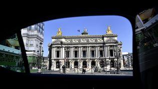 L'Opéra Garnier à Paris, vu depuis la fenêtre d'un taxi, pendant le confinement, le 20 avril 2020. (CHRISTOPHE ARCHAMBAULT / AFP)