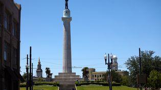 La statue du général Robert Lee, chef des armées des Etats confédérés, le 24 avril 2017 à la Nouvelle-Orléans (Louisiane, Etats-Unis). (IPTC / AFP)