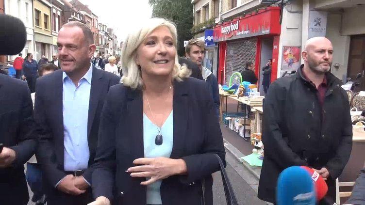 Marine Le Pena fait un petit tour à la braderie et un discours d'une vingtaine de minutes. (GILLES GALLINARO / RADIO FRANCE)