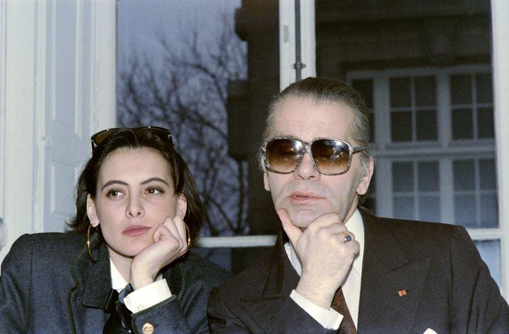 La mannequin Inès de La Fressange et Karl Lagerfeld lors de la préparation d'une collection à Paris, le 13 mars 1987. (PIERRE GUILLAUD / AFP)