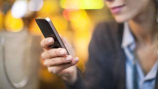 Selon desinternautes, la manière dont ils tiennentleurs smartphones créerait une petite bosse sur leursauriculaires. (SIGRID OLSSON / PHOTOALTO / GETTY IMAGES)
